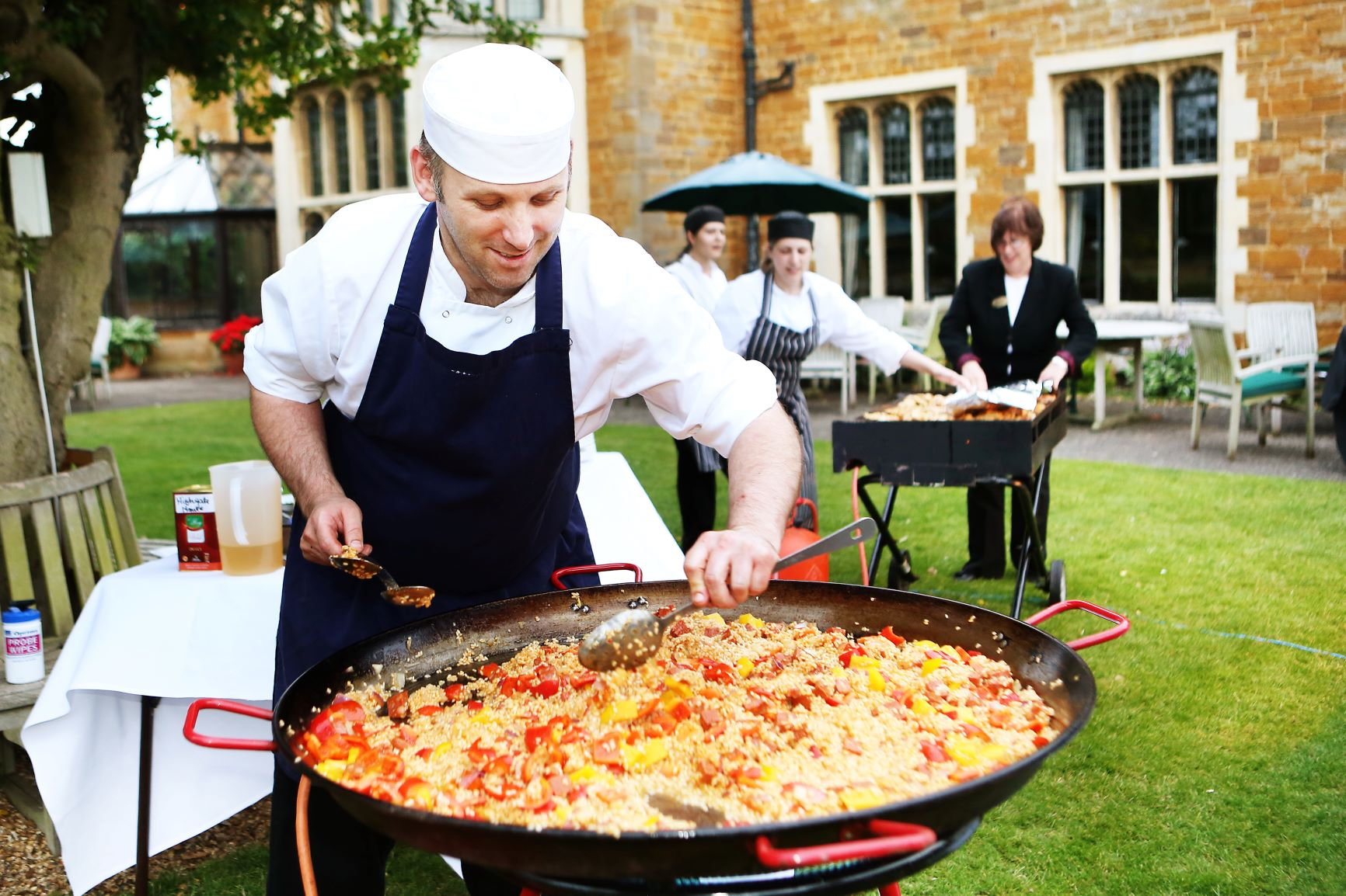 WEB -  Lee cooking paella