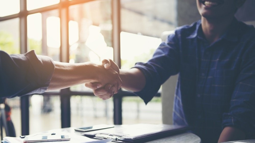 WEB Shaking hands business meeting-841490-edited