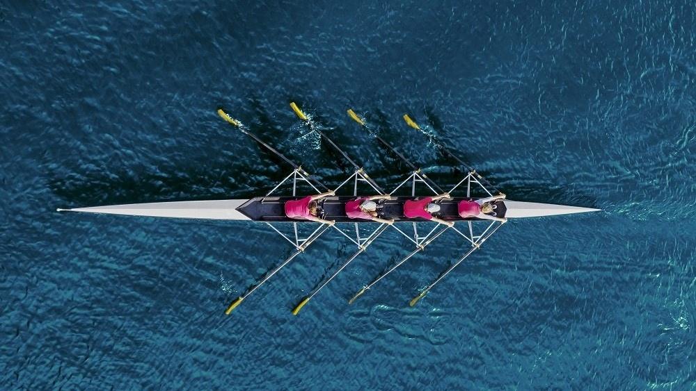 WEB Women rowing on sea-983993-edited