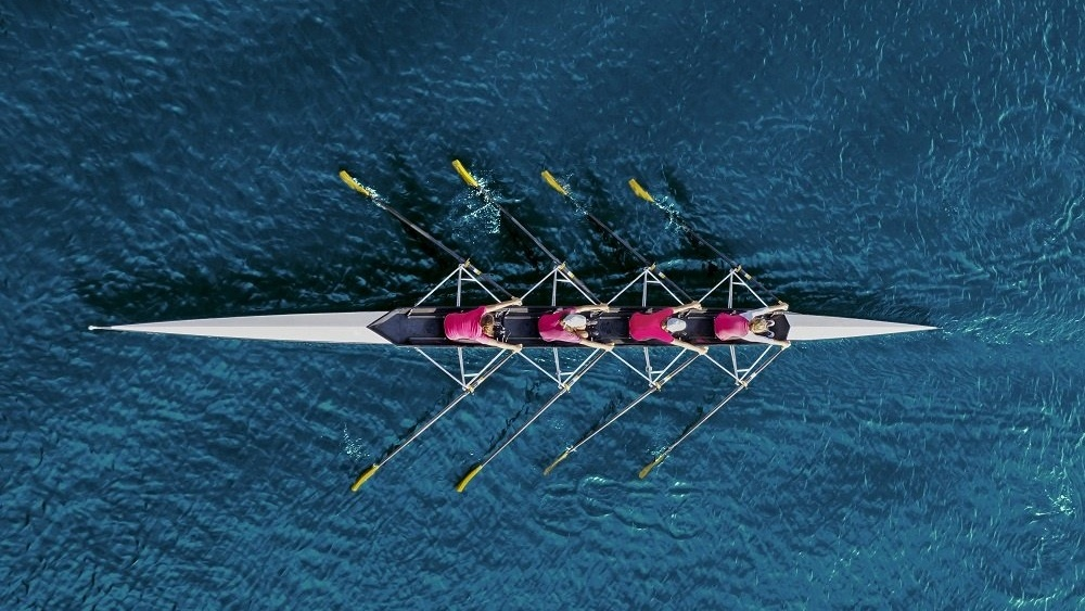 WEB Women rowing on sea-983993-edited